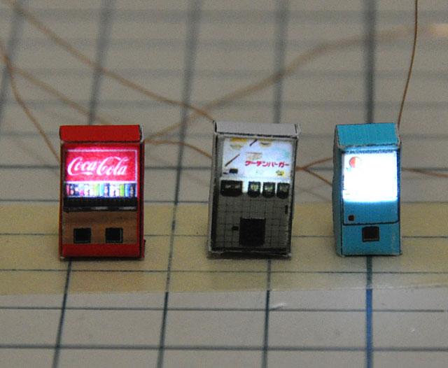 前回、こばるのNゲージスケールアクセサリー、マイスターシリーズの自販機の内部にチップLEDを内蔵して電飾化しました。キットに付属の自販機シールは現代的で